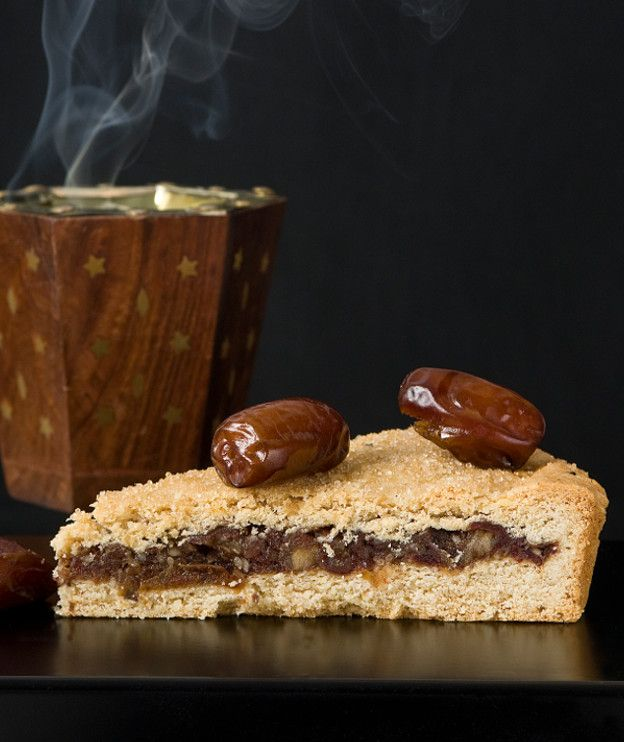 ΧΟΥΡΜΑΔΟΠΙΤΑΖύμη  250 γρ. αλεύρι για όλες τις χρήσεις 150 γρ. βούτυρο αγελάδας, τεμαχισμένο σε μικρά κομμάτια 125 γρ. ζάχαρη άχνη 80 γρ. αμύγδαλα λευκά, αλεσμένα σε σκόνη ½ κ.γ. κανέλα 1 κ.γ. μπέικιν πάουντερ 1 αυγό ζάχαρη καστανή κρυσταλλική για πασπάλισμα  Γέμιση  300 γρ. χουρμάδες (ζυγισμένοι χωρίς το κουκούτσι) 50 γρ. ροδόνερο 20 γρ. σουσάμι 30 γρ. νερό