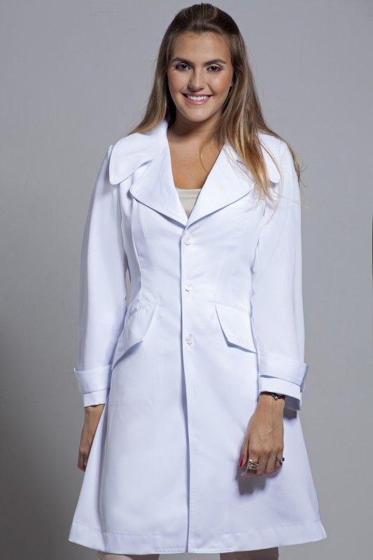 A estilista e designer Erika Duarte investe cria jalecos estilosos e personalizados para profissionais da área de saúde