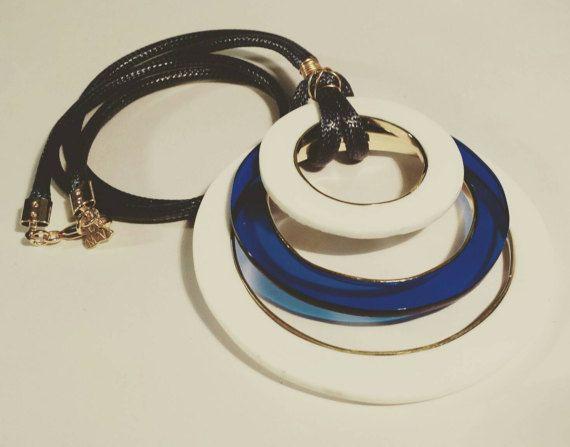 Mira este artículo en mi tienda de Etsy: https://www.etsy.com/es/listing/497892538/acrylic-and-bronze-necklace