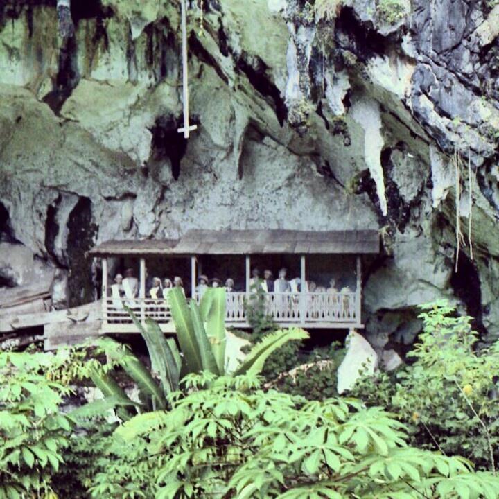 Toraja IndoObyek wisata Londa ini sangat mudah dikunjungi, oleh karena sarana dan prasarana jalannya baik. Satu hal perlu diingat bahwa seseorang yang berkunjung ke Londa, wajib memohon izin dengan membawa sirih pinang, atau kembang. Sangat tabu/pamali (dilarang keras) untuk mengambil atau memindahkan tulang, tengkorak, atau mayat yang ada dalam gua ini. http://www.jalanjalanyuk.com/londa-makam-di-dinding-batu/