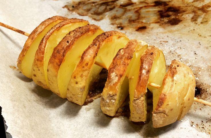 En skruvad potatis är en rolig sidekick till både vego, fisk och kött! Se steg för steg hur du gör.