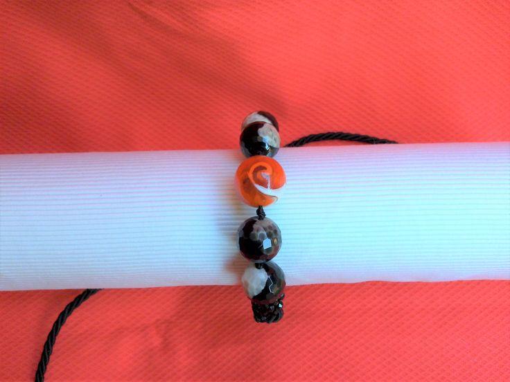 Bracciale con perle  bicolore bianco nere perla in vetro , cristalli neri   con  cordoncino scorrevole pratico da indossare .  peonie.accessori@gmail.com                 tel . 339/8778952