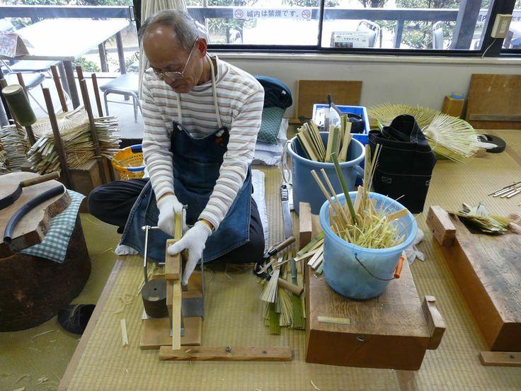 【香川県 丸亀城内「うちわ工房・竹」】「丸亀うちわ」は、全国の竹うちわ生産量の8~9割を占める国の伝統的工芸品です。工房では、手仕事を大切にしている職人による伝統の技を間近で見ることができます。また、伝統的な竹うちわや創作うちわ、民芸調のうちわなどの作品が展示されており、製作体験もできます(要予約)。全国に誇る伝統の技を守る工房です。【問い合わせ先】〒794-1308 香川県丸亀市一番丁丸亀城内観光案内所内 TEL:0877-25-3882 開館時間:10:00-16:00 休館日:水曜日・12月25~12月31日 http://www16.ocn.ne.jp/~polca/kobotake.html #Kagawa_Japan #Setouchi