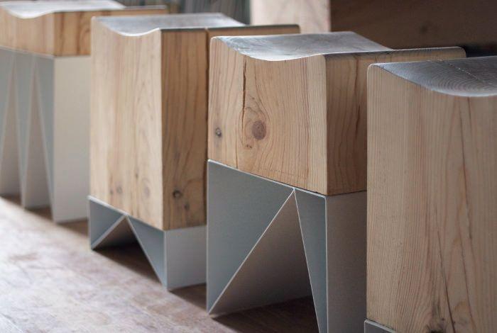 Le Studio de design russe Svoya nous présente la création IZLOM, une collection de tabourets bruts et graphiques mêlant bois massif et métal. Chaque tabouret possède sa propre forme, son propre dessin métallique sur un bloc massif de bois plus ou moins épais vient se positionner formant un ensemble d'assises …