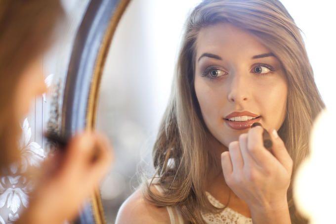 Ottieni luminosità sunkissed usando un rossetto marrone. Passati del rossetto marrone sul dorso della mano, e poi scaldalo spalmandolo circolarmente con le dita. Poi, sempre con le dita, applica il rossetto, ad esempio il Maybelline New York Lipstick in Maple Kiss, sul viso, nelle zone normalmente colpite dal sole (ad esempio fronte, naso, guance e mento), e spalmalo con un pennello da fard pulito. Usando il rossetto al posto della cipria otterrai una luminosità favolosa e molto più naturale