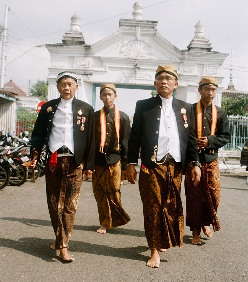 ผู้ชายมักจะสวมใส่เสื้อแบบบาติกและนุ่งกางเกงขายาวหรือเตลุก เบสคาพ (Teluk Beskap) ซึ่งเป็นการแต่งกายแบบผสมผสานระหว่างเสื้อคลุมสั้นแบบชวาและโสร่ง และนุ่งโสร่งเมื่ออยู่บ้านหรือประกอบพิธีละหมาดที่มัสยิด