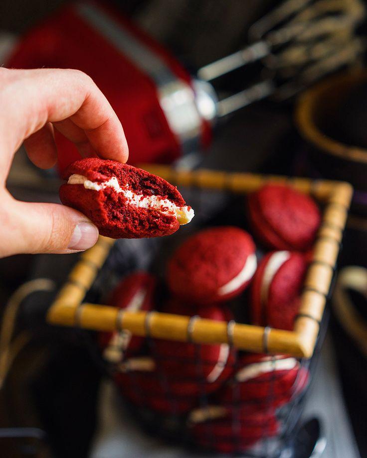 Вупи Красный бархат — прекрасный вариант десерта Знаете ли вы, что такое печенье Вупи (whoopie)? Это такие нежные воздушные печенья, которые соединяют вместе с помощью разных кремов. Они безумно популярны по всему миру, особенно в Америке. Почему? Их очень просто готовить — 20 минут и вы уже можете угощать гостей, а лучше только себя этим...