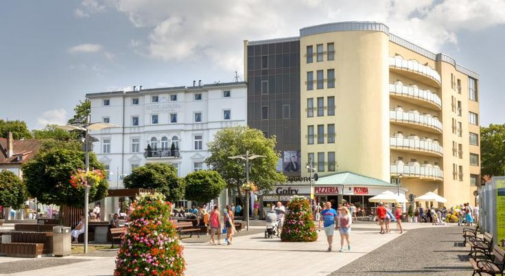 Hotel Aurora Family & SPA Międzyzdroje Overlooking the pier and located just 100 metres from the Miedzyzdroje beach, Hotel Aurora Family & SPA offers air-conditioned rooms with free Wi-Fi. The hotel houses an extensive spa area.