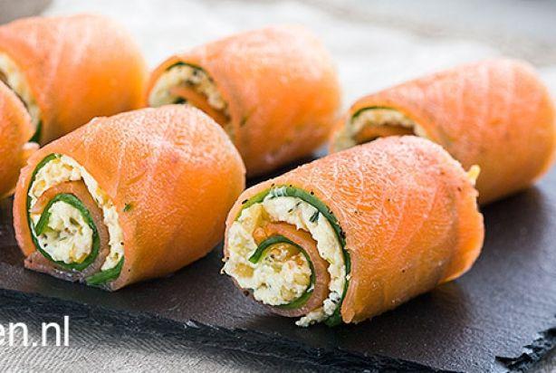 Deze zalmrolletjes met komkommer, roomkaas en pijnboompitjes zijn daar ideaal voor. Ze zijn namelijk super lekker en ook nog eens heel simpel om te maken. Binnen een kwartiertje heb jij voor tien personen een heerlijke amuse op tafel. Houd je niet van kruidenroomkaas? Gebruik dan gewoon de naturel versie. Geniet ervan!