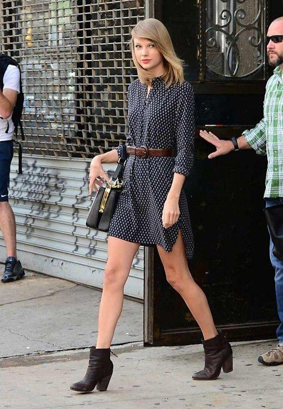 Copiez le look de Taylor Swift en robe imprimée rétro à manches longues >> http://www.taaora.fr/blog/post/tenue-chanteuse-taylor-swift-robe-imprimee-bottines-noires-talon-haut #TaylorSwift #getthelook