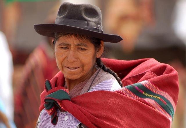 La Bolivia è il paese più isolato e meno conosciuto del Sud America, che si sviluppa dalla foresta Amazzonica alle alte cime delle Ande. Un paese ancora genuino per l'isolamento geografico, la scarsità di strade e strutture e l'assenza del turismo di massa. La popolazione indios  indossa i tradizionali abbigliamenti colorati