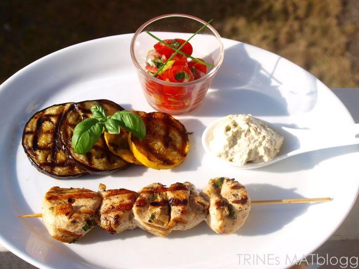 » Marinerte kyllingspyd med tomatsalsa, grillede grønnsaker og fetakrem