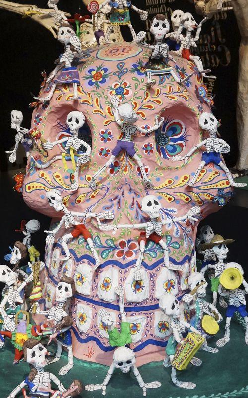 Como cada año al llegar el otoño, los tonos cobrizos de los árboles indican la llegada del Día de Muertos, una celebración de la cultura mexicana basada en la creencia de que el espíritu de los difuntos vuelve del mundo de los vivos durante un día. + www.espressofiorentino.com #skull #dia #muertos #dead #calavera #esqueleto #esqueletos #mexico #mexican