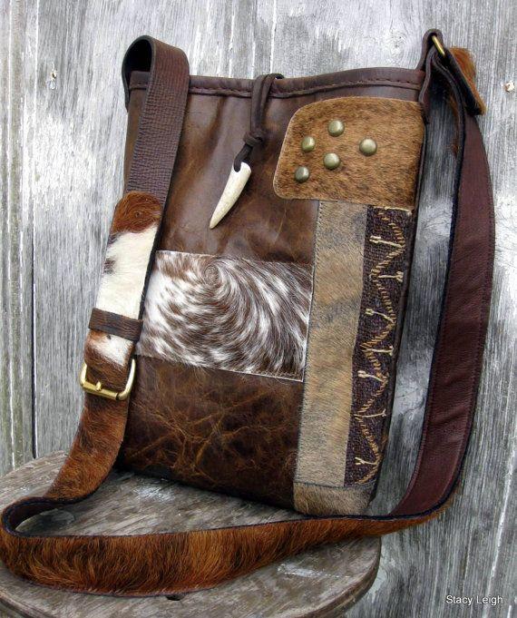 * Prix reflète l'acompte.  Unique en son genre, cross body bag en partir d'un cuir vieilli avec caractère. Le sac est de 13 de hauteur par 10 de large, avec un fond de 3. Sangle est issue d'un cheveu sur la ceinture de cuir de vache et peau de daim. Il est réglable en longueur avec une boucle en laiton. Sac a une variété de cheveux sur les patchs de cuir. De plus une section étroite de tapisserie du 19ème siècle, une petite section de franges en cuir, quelques boucles d'oreilles en forme de…