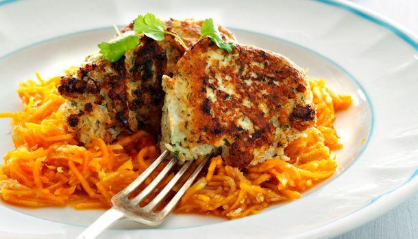 Prøv en lettere variant af frikadellen og udskift okse- og svinekødet med kalkunkød. Så sparrer du lidt på fedtet. Et godt tip er, at komme en spsk. dijonsennep i dine frikadeller det giver nemlig den der rigtige frikadellesmag .