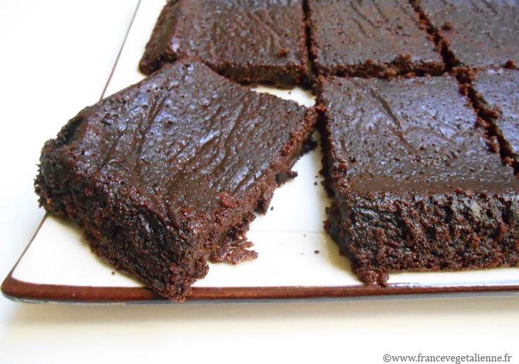 Au tofu soyeux gâteau «tout  chocolat», assez plat, à la texture dense et au… fondant exquis.  Sa texture dense et fondante résulte du faible taux de farine utilisé pour  lier entre eux le chocolat, le tofu soyeux, l'huile et le sucre.  Normalement, un fondant ne nécessite pas de levure. Toutefois, pour  compenser le «pouvoir» gonflant des œufs, il faut en rajouter un peu.  Cette pâtisserie fort en chocolat fera exulter ceux qui l'appréciaient en  ve...