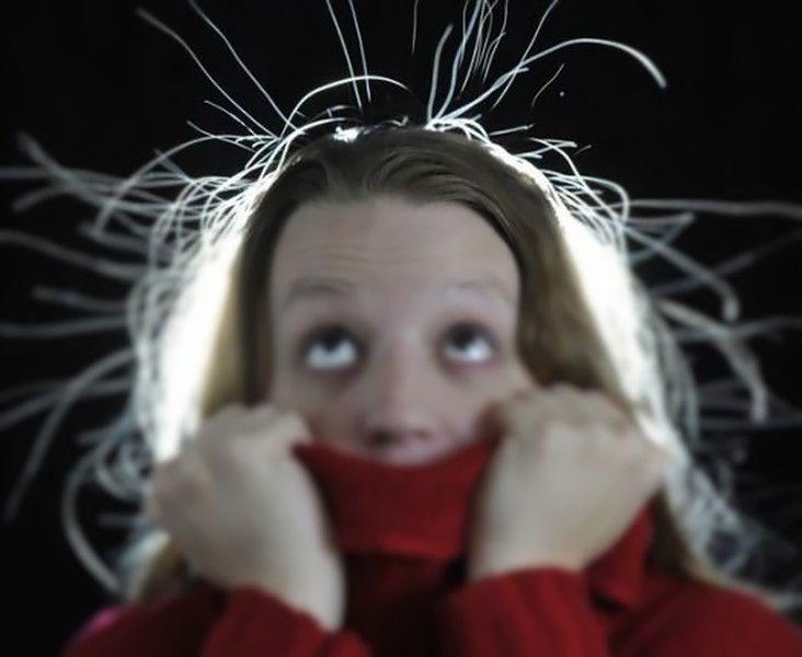 """Capelli elettrizzati, tutta colpa dell'elettricità statica. 5 trucchi per combatterla ed evitare l'effetto """"dita nella presa""""."""