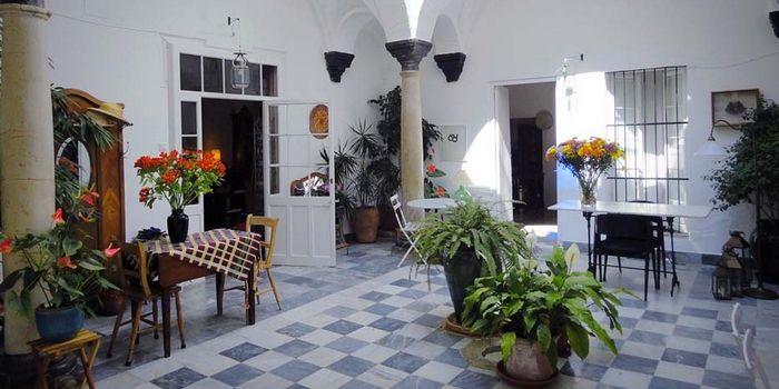 HOTEL LA CASA GRANDE [Arcos de la Frontera] :: Het herenhuis bovenop de heuvel aan de rand van Arcos de la Frontera herbergt een fantastisch boutique hotel. Het oude pand, dat in een van de meest schilderachtige dorpen van Andalusië ligt, is gebouwd in 1729. Het voormalige 18e eeuwse stadspaleis is omgebouwd tot een prachtig logeeradres in de stijl zoals de eigenaresse er zelf zou willen overnachten. Meer info: www.escapada.eu/la-casa-grande