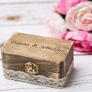 """Eine elegante Holz Ringbox Die Ring Box hat einen Sackleinen Ringkissen. In die Box können die Ringe in Jute eingesteckt werden. ** **Grösse*** ca 9cm x 5cm x 4cm ( 3.5"""" x 2"""" x 1,5"""") Sie..."""