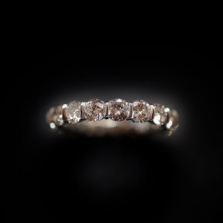 à vendre : 6500€ Alliance Diamants en or gris 18 Cts  sertie de 3.42 Carats de diamants brillants soit 17 brillants de 0.20 Cts chaque en serti batons  qualité G-VS  poids brut : 3.60 grammes  taille de doigt : 53-54  largeur Alliance : 3.8 mm  Diamètre diamants : 3.8 mm  Vendu avec Facture  Possibilité de fabriquer cette alliance pour toutes les tailles  me demander avant d'encherir  vendue avec facture
