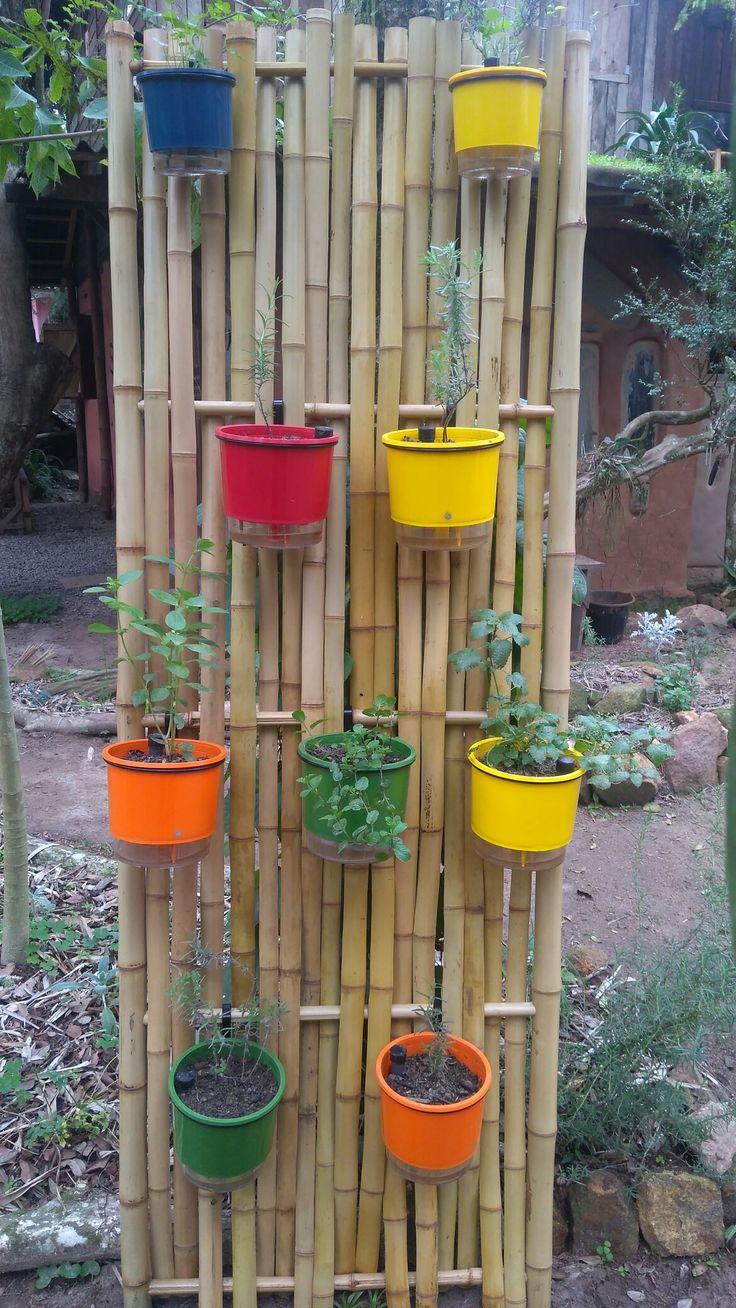 Disponível para venda e fazemos também instalação dos painéis de bambu! São vasos auto irrigáveis, isso permite que a planta permaneça molhada por bastante tempo, diminuindo muito a frequência da irrigada! Pode ir viajar tranquilo! Contate-nos: (51) 9 9327-4865 whats app