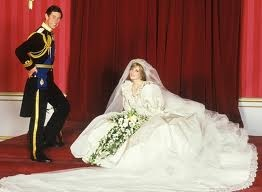 La principessa Diana e il principe Carlo d'Inghilterra il giorno delle loro nozze reali. L'abito da sposa fu realizzato da Elizabeth Emanuel.