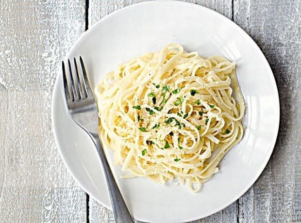 Λιγκουίνι με σκόρδο και παρμεζάνα - Food | Ladylike.gr