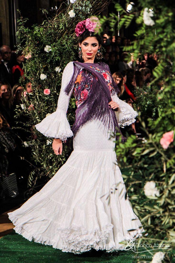 Rocío Peralta viaja con sus trajes de flamenca a la #Sevilla del s.XIX Diseñadora sevillana de reconocimiento nacional, estrenó el primer desfile de moda flamenca del 2018 con su colección «Montpensier» , causando «overbooking» el  pasado miércoles en el Salón Real del emblemático Hotel Alfonso XIII, sede de la pasarela We Love Flamenco, disfrutando de su colección una de las grandes mujeres de la moda, Naty Abascal.#RocioPeralta #WeLoveFlamenco2018