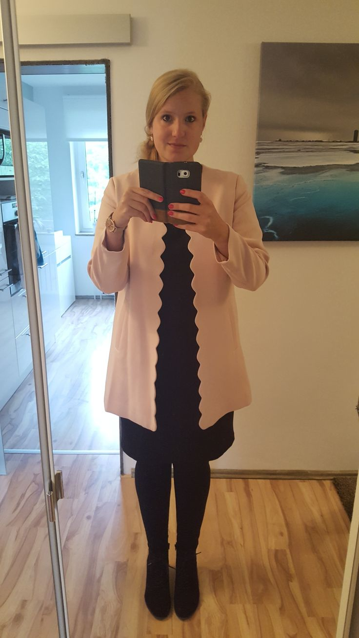 Schwarzes Kleid, rosa Mantel, Outfit, Fashion