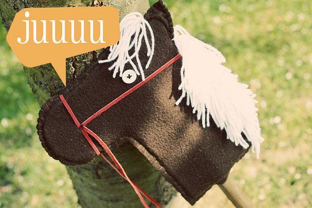 zelf paard op stok maken  wat heb je nodig: _stevig karton _lijm genre Pattex _plakband _fleece _een stok van ongeveer een meter _stevige draad en naald _bol wol _2 knopen en zwart garen _lederen koord