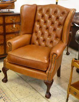 Unser schönster Ohrensessel: der Ball & Claw Wing Chair mit seinen geschnitzten Füßen, bezogen im warmen Old English Leder.