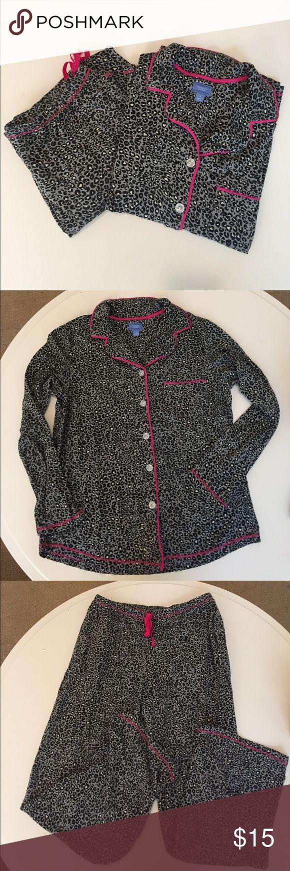 Simply Vera, Vera Wang pajama set Simply Vera, Vera Wang Pajama Set. Long sleeve button up top with drawstring pants. Size Small. Great Condition! Simply Vera Vera Wang Intimates & Sleepwear Pajamas