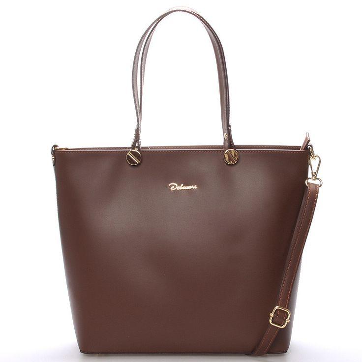 #luxusní #kabelka Hnědá (čokoládově) luxusní větší kožená kabelka do ruky Delami. Kvalitní pevná kabelka z italské kůže, kterou si zamiluje každá žena. Zaujme Vás elegantním čistým designem a také využitím pro všechny příležitosti. Zavírá se zipem, uvnitř je velký prostor rozdělený kapsou na dvě části, na jedné straně má menší kapsu na zip a naproti dvě otevřené na drobnosti. Zvenku má další kapsu na zip.