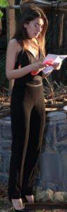 Kara Sevda 34. bölüm kıyafetleri Nihan siyah bluz,siyah pantolon ve siyah stiletto ayakkabı –