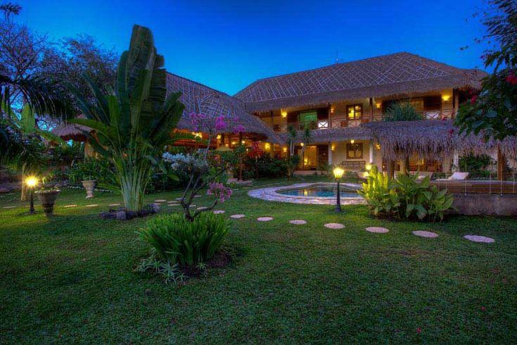 Vue de la #propriété de nuit. Celle-ci vous charmera par son ambiance #cozy, son grand jardin et sa belle #piscine.