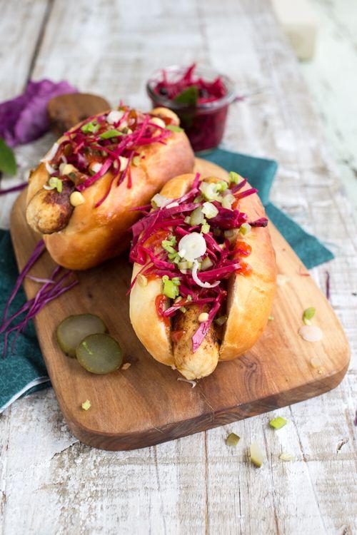 Hot dog poulet et pickles de chou rouge