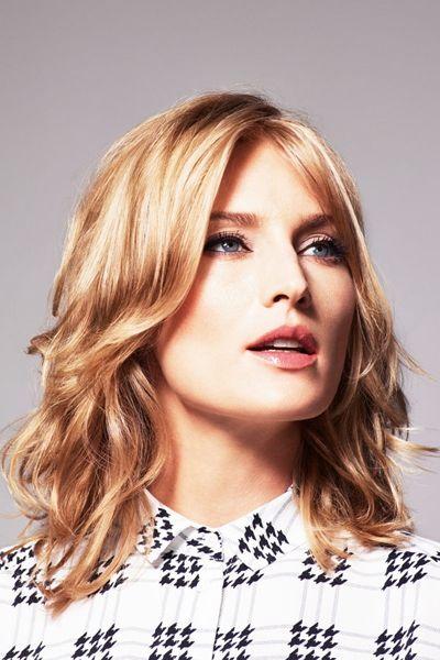 Ladies mit glatten Haaren bekommen mit Stufen und Lockenstab Schwung ins schulterlange Haar.