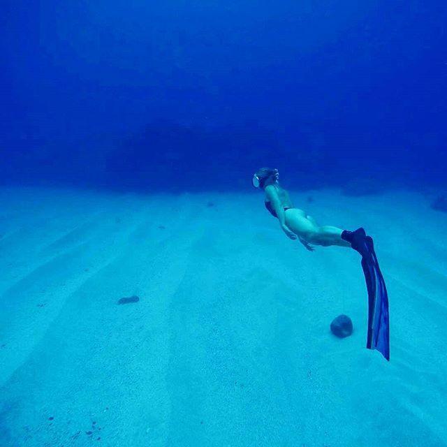 Fridays, blue water exploring with @brinkleydavies and Spierre fins! #spierre #freediving #hawaii
