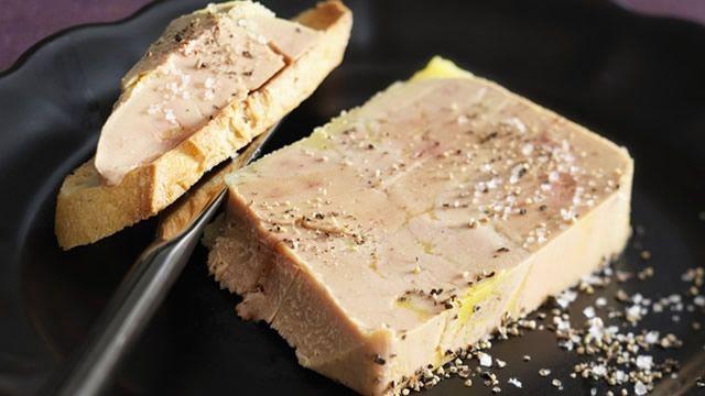 Foie gras au torchon fait maison _ http://www.cuisineaz.com/dossiers/cuisine/foie-gras-aperitif-noel-13970.aspx