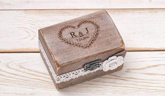 Ring Box Ehering Halter Ring Kissen Träger Box mit Shabby Chic Rose rustikale Scheune aus Holz Sackleinen und Spitze Liebe Geschenk  Meine Elemente sind einzigartig und werden von Hand mit Sorgfalt und Liebe.  Dieses Feld wäre eine sehr süße Ergänzung zu Ihren schönen Hochzeitstag. Es kann auch verwendet werden, um Ihre Ringe in nach den Feierlichkeiten zu speichern. Diese Boxen sehen toll aus in Ihre Hochzeitsfotos!  Dieses rustikale personalisierte Ring Box hat gefärbt worden und gequält…
