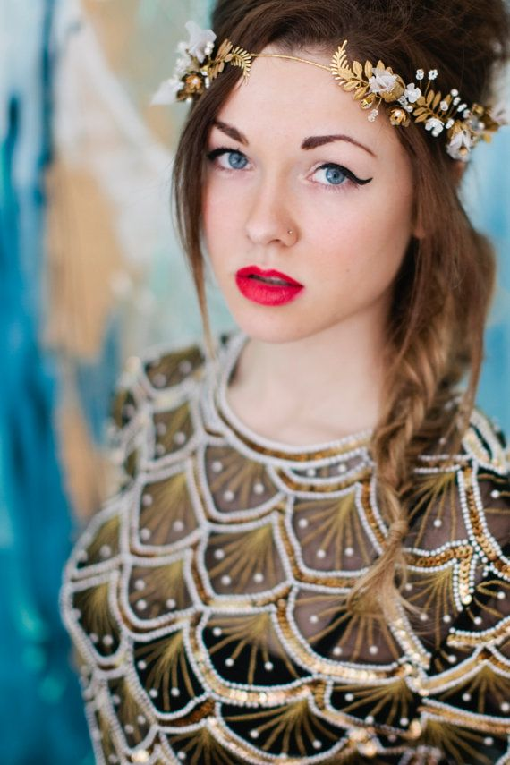 He encontrado este interesante anuncio de Etsy en https://www.etsy.com/es/listing/181726868/golden-girl-halo-headband-bride-brass