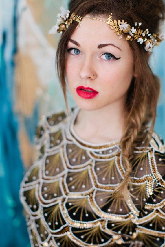 He encontrado este interesante anuncio de Etsy en https://www.etsy.com/es/listing/181726868/golden-girl-halo-headband-bride-brass
