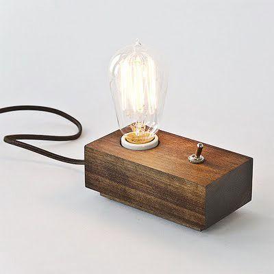 """Feeling tout a fait vintage pour cette lampe. Bois, ampoule à nu, filament, on la regarde en entendant presque le """"clac"""" de l'interrupteur"""