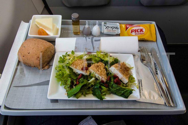Vorspeise: mit Pinienkernen panierter Manouri-Käse auf knackigem Blattspinat, Endivien Salat, Bocksdorn Beeren und eine Honig-Senf Vinaigrette (by airfurt.net) - Check more at https://www.miles-around.de/trip-reports/business-class/aegean-airlines-airbus-a320-200-business-class-berlin-nach-athen/,  #A320-200 #Aegean #AegeanAirlines #Airbus #Airport #ATH #avgeek #Aviation #Berlin #BMW #BusinessClass #Flughafen #Lounge #LufthansaSenatorLounge #myDriver #Trip-Report #TXL
