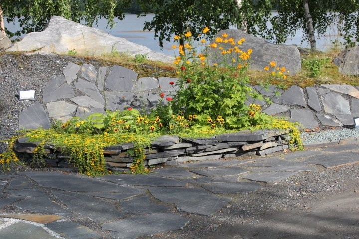 Liuskekivistä tehty istutusallas Viinijärven kivien louhoksen myyntinäyttelyalueella.