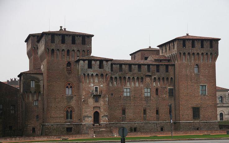 A Mantova, castello di San Giorgio, uno dei monumenti più rappresentativi della città, fatto costruire dai Gonzaga a protezione della città di Mantova a partire dal 1395. B&B nel comune di Mantova in Lombardia qui http://bedandbreakfast.place/it/bb-lombardia/mantova/mantova
