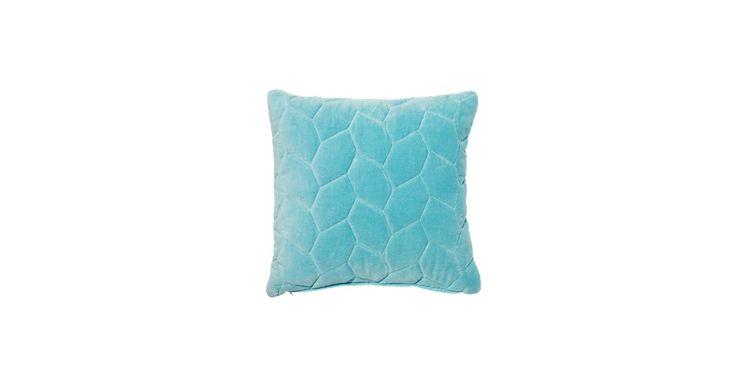 Velur til sofaen. Velur er sesongens absolutt hotteste materiale. Hiva-puten tilfører rommet et snev av ekstravaganse og eksklusivitet.