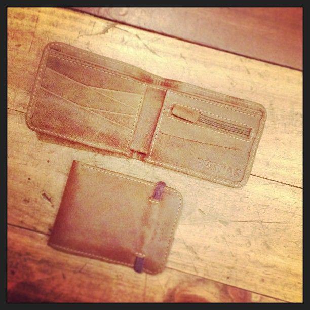 Billetera con cordón elasticado.