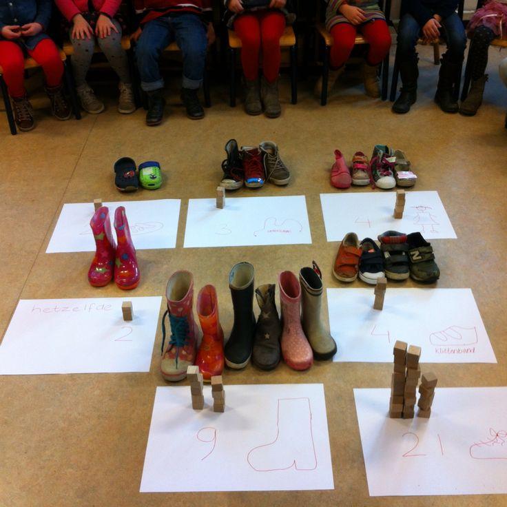 Schoentjes sorteren: dezelfde schoenen, laarzen, klittenband, crocks, veterschoenen, jongens en meisjes schoenen en natuurlijk alle schoenen. Waar zijn het meest van, het minst, evenveel? -juf Monica