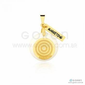 Pingente marketing folheado a ouro com acrílico perolado e detalhes em banho ródio.